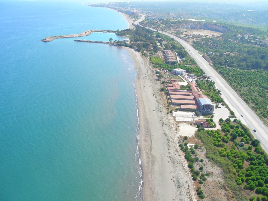 Orta Doğu Teknik Üniversitesi Deniz Bilimleri Enstitüsünün (ODTÜ-DBE) arazisi ve sınırında bulunan kumsalı. Limanın doğusundaki uzun ve batısındaki kısa kıyıda toplam yaklaşık 1000 m uzunluğunda göreceli olarak doğal özelliklerini enstitünün konumu nedeniyle korumuş iki kumsal bulunmaktadır.